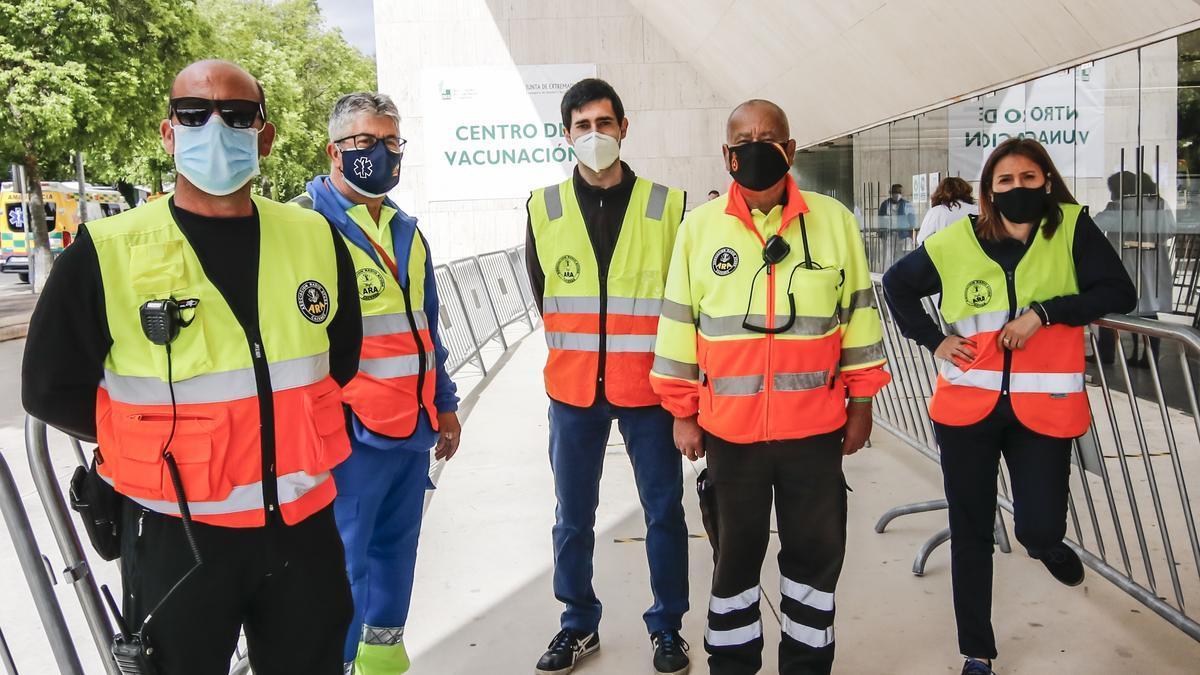 Voluntarios de ARA posan para El Periódico Extremadura en el palacio de congresos.