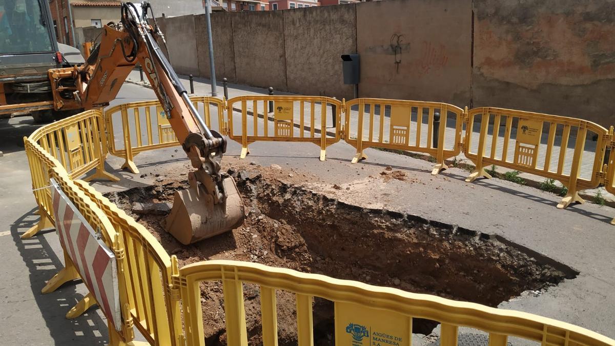 Treballs per arreglar l'esfondrament del carrer del Bruc