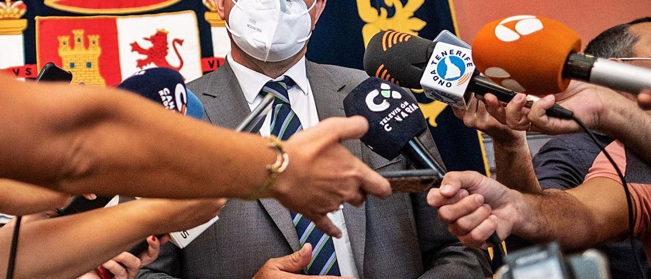 Anselmo Pestana atiende a los medios en la Subdelegación de Santa Cruz de Tenerife tras su visita ayer a La Raíces. | | A. GUTIÉRREZ