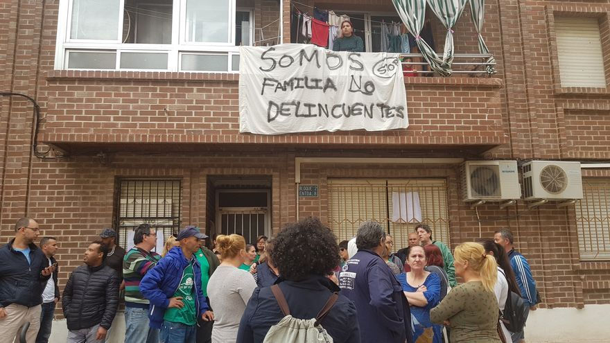 Concentración de vecinos y plataformas, en abril de 2018, cuando tuvo lugar el primer intento de desahucio de las familias