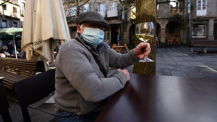Un consumidor brinda por la reapertura de la hostelería tras un mes de cierre.