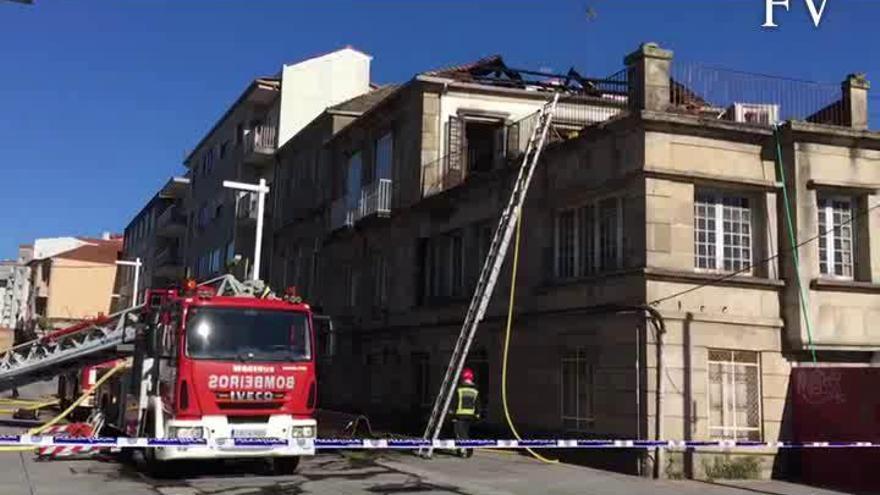 Un incendio calcina parte del edificio en el que vivió Filgueira Valverde y deja un bombero herido