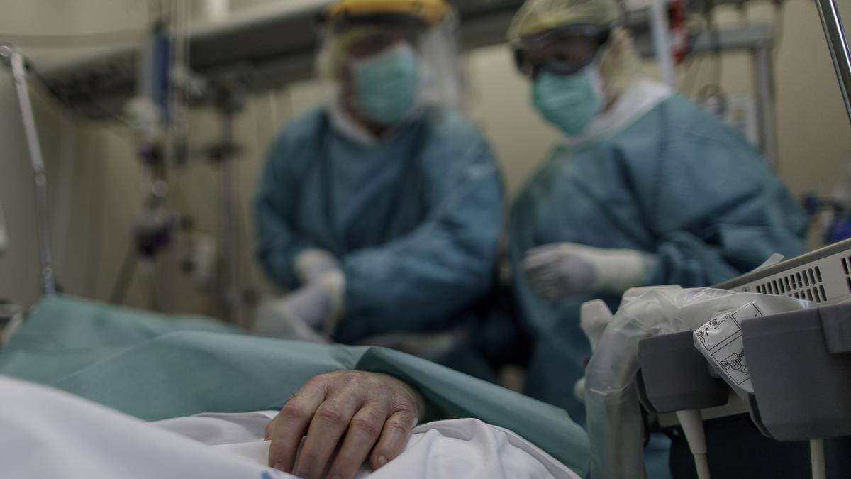 Sanitarios atienden a un paciente en el Infanta Sofía de Madrid.