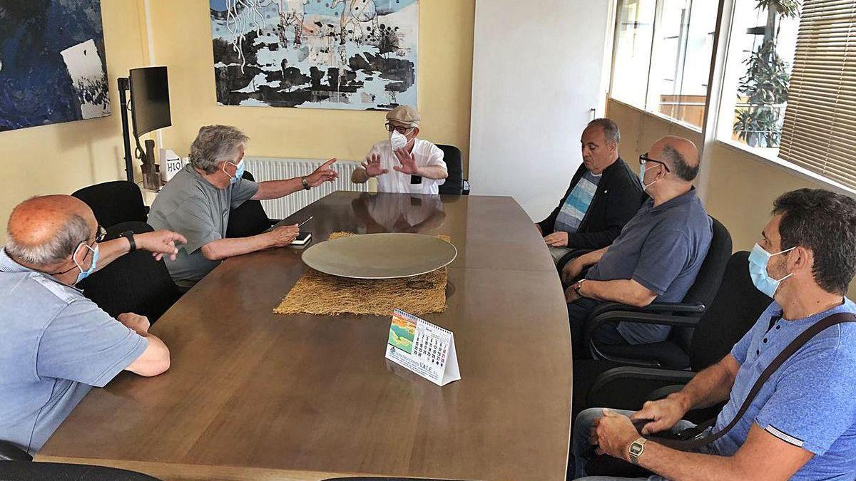 Pazos se reunió ayer con los representantes de las cofradías religiosas para saber su opinión.