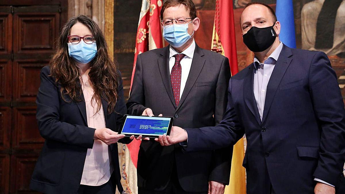 Ximo Puig, junto a los vicepresidentes Mónica Oltra y Rubén Martínez Dalmau, ayer.  | LEVANTE-EMV