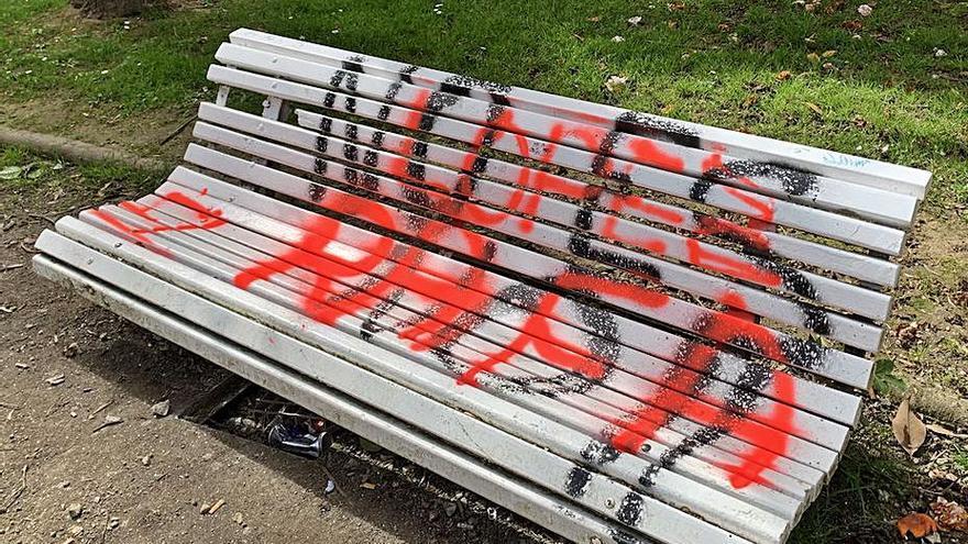 Betanzos busca a los autores de las pintadas en el parque y el PP reclama más vigilancia