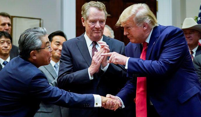 Trump le da la mano al embajador de Japón en EEUU, Shinsuke Sugiyama