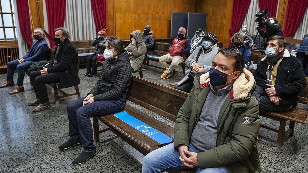 Policías y presuntos traficantes en el banquillo de la Audiencia Provincial de Ourense. |   // BRAIS LORENZO / POOL