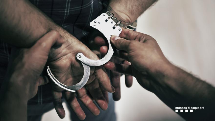 Detingut un home per trencar-li el nas a un policia a Figueres, quan intentava intervenir en una discussió de parella