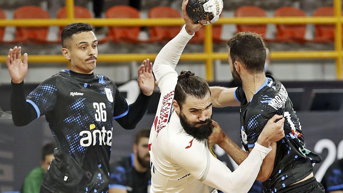 Jorge Maqueda, intenta superar a la defensa uruguaya. / EFE