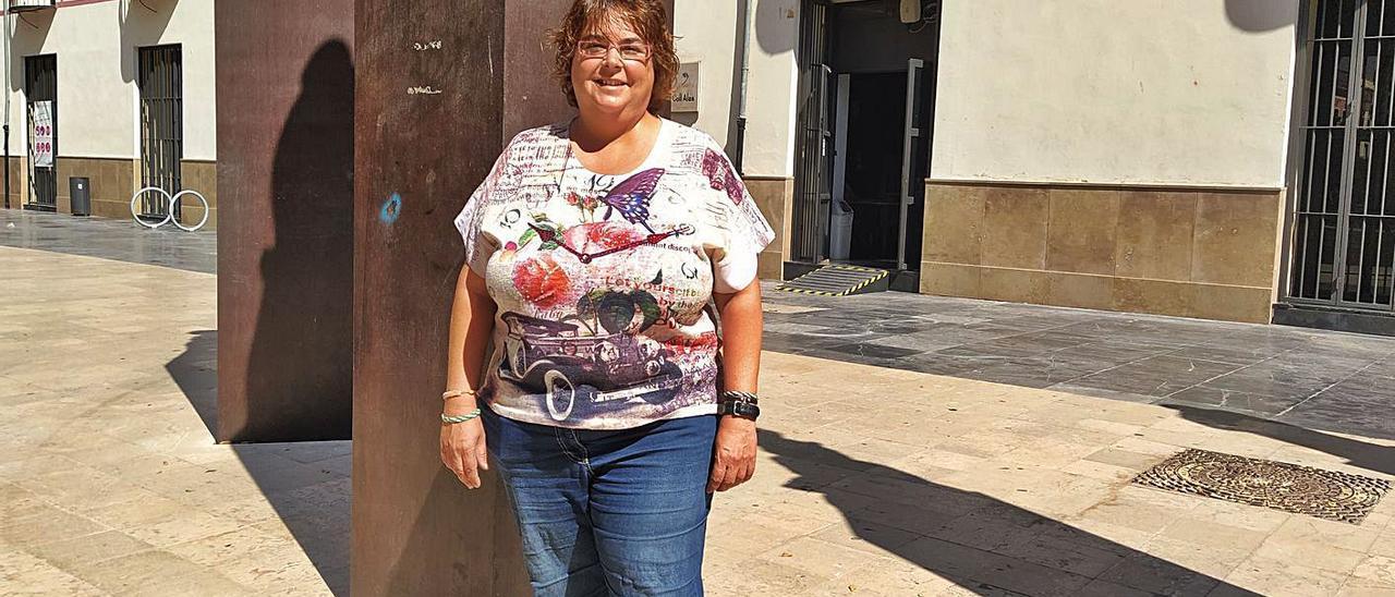 La secretaria comarcal de Més Compromís (Bloc), Jacinta Rubio, en la plaza Escola Pia de Gandia. | T. Á. C.