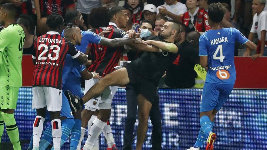 Ultras del Niza saltan al campo para agredir a los jugadores del Marsella