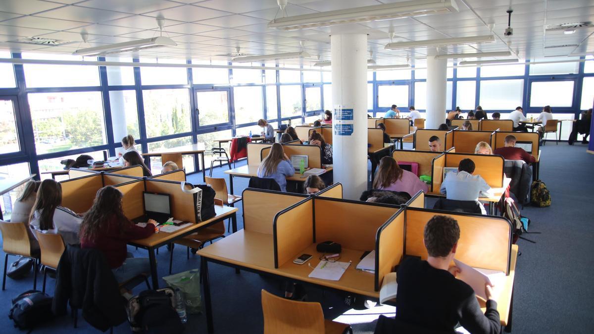 Alumnos de la UJI, en la biblioteca
