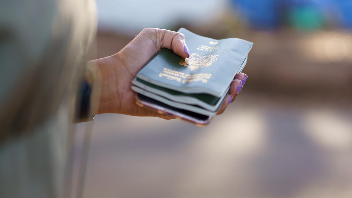 La abogada Louelia Mint El Mamy sostiene los pasaportes de algunas de las personas en Las Raíces.