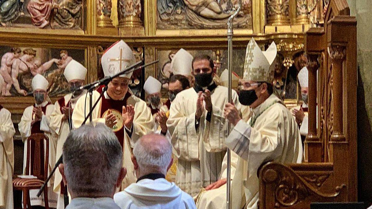 El nuevo obispo Jesús Fernández en la toma de posesión de su cargo ayer en la catedral de Astorga.