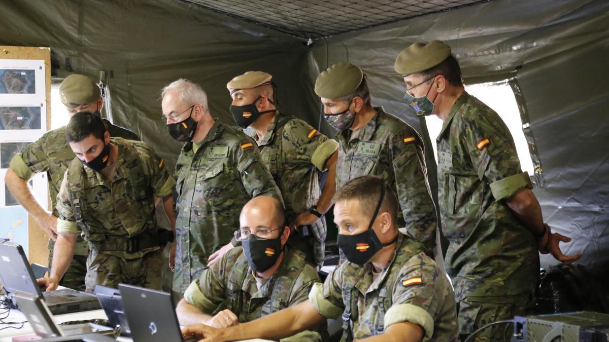 El JEMAD, tercero por la izquierda, durante su visita, ayer, al puesto de mando del Grupo Táctico en La Palma.