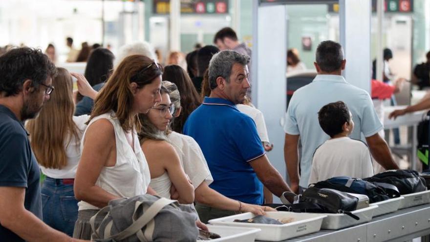 Normalidad y fluidez en el comienzo del segundo día de la huelga de vigilantes en el aeropuerto de El Prat