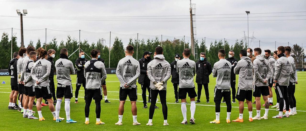 Coudet y su equipo de colaboradores se reúnen con la plantilla antes del comienzo de un entrenamiento del Celta en Mos.    // RCCV