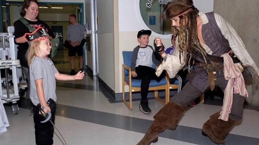 Johnny Depp visita un hospital como Jack Sparrow