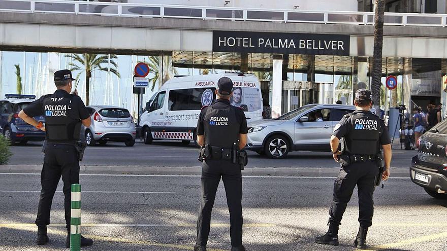 Diez migrantes se marchan del hotel covid en el que guardaban cuarentena