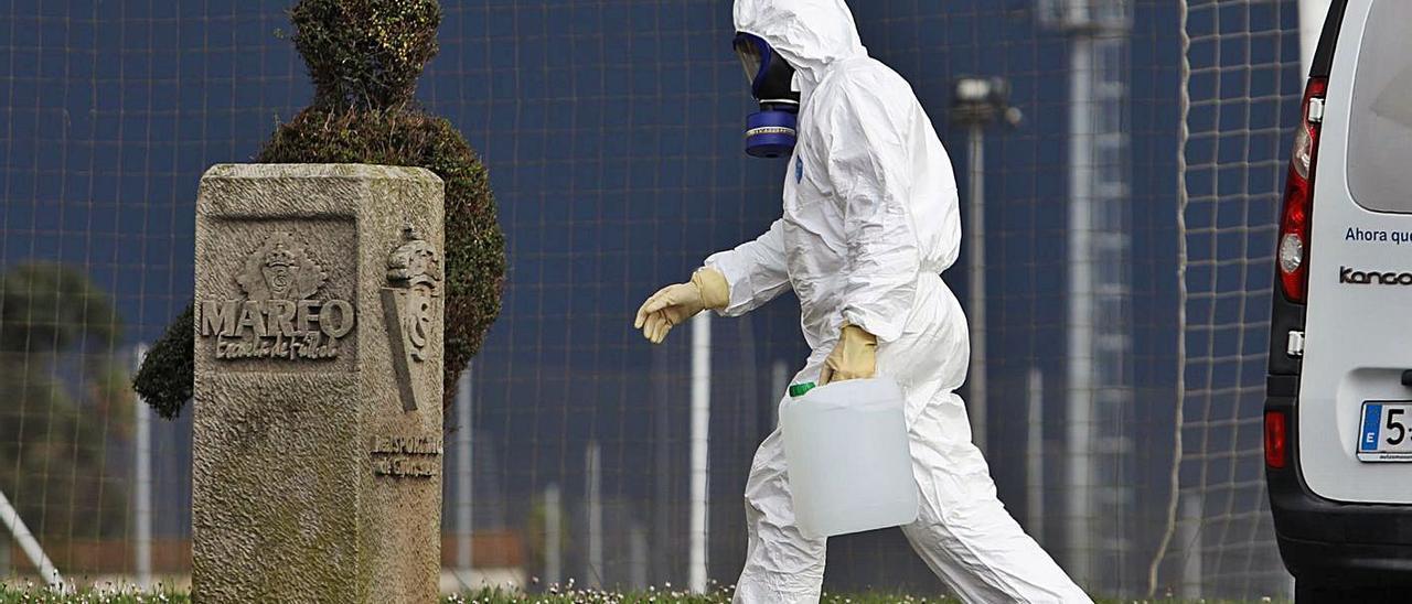 Un operario procede a desinfectar Mareo esta semana. | Juan Plaza