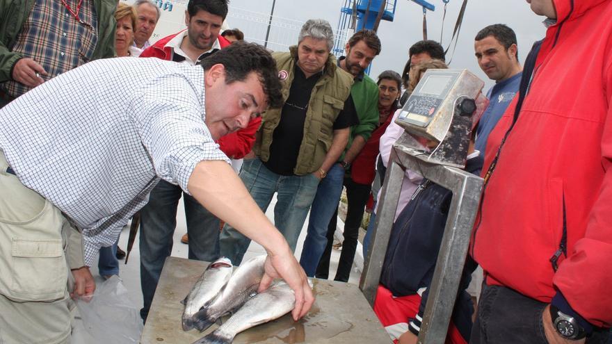"""El veto a los pescadores deportivos desata la """"guerra de la lubina"""" en el cabo Peñas"""