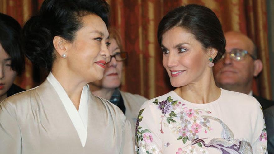 El guiño de la Reina Letizia a China con vestido 'low cost'