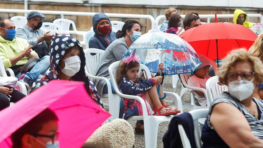 Los niños disfrutan hasta con paraguas