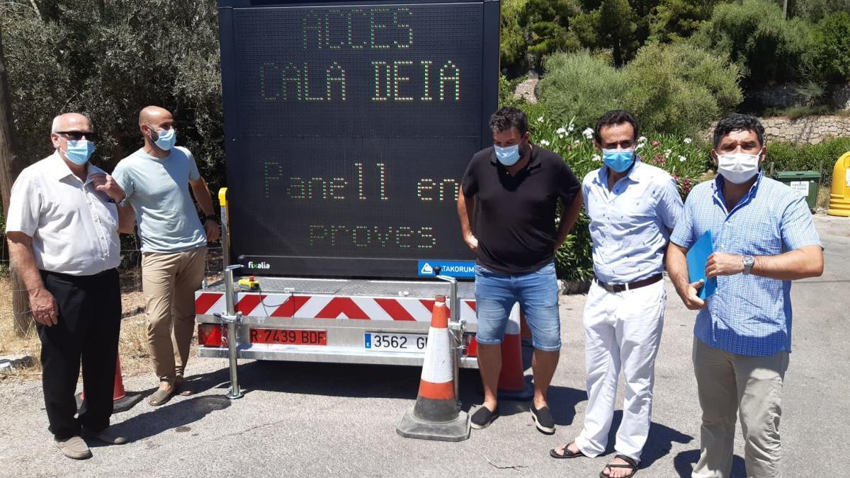 Las autoridades insulares y municipales que han visitado hoy Cala Deià para conocer el nuevo sistema.