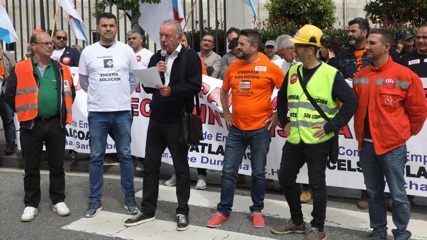 Medio millar de trabajadores de la industria electrointensiva se concentran ante la Xunta