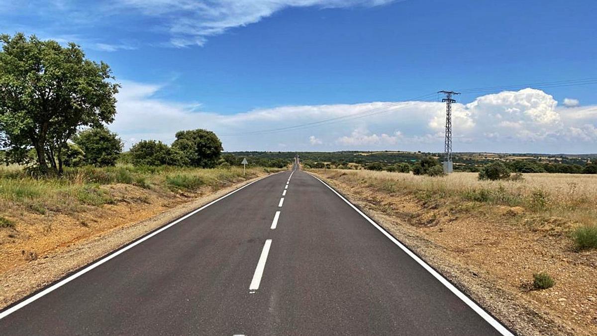 Nueva capa de rodadura de la carretera de Castillo de Alba.   Ch. S.