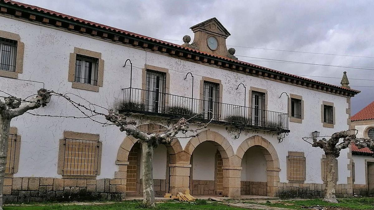 Edificio principal del poblado situado en la plaza, al lado de la carretera. | LOZ
