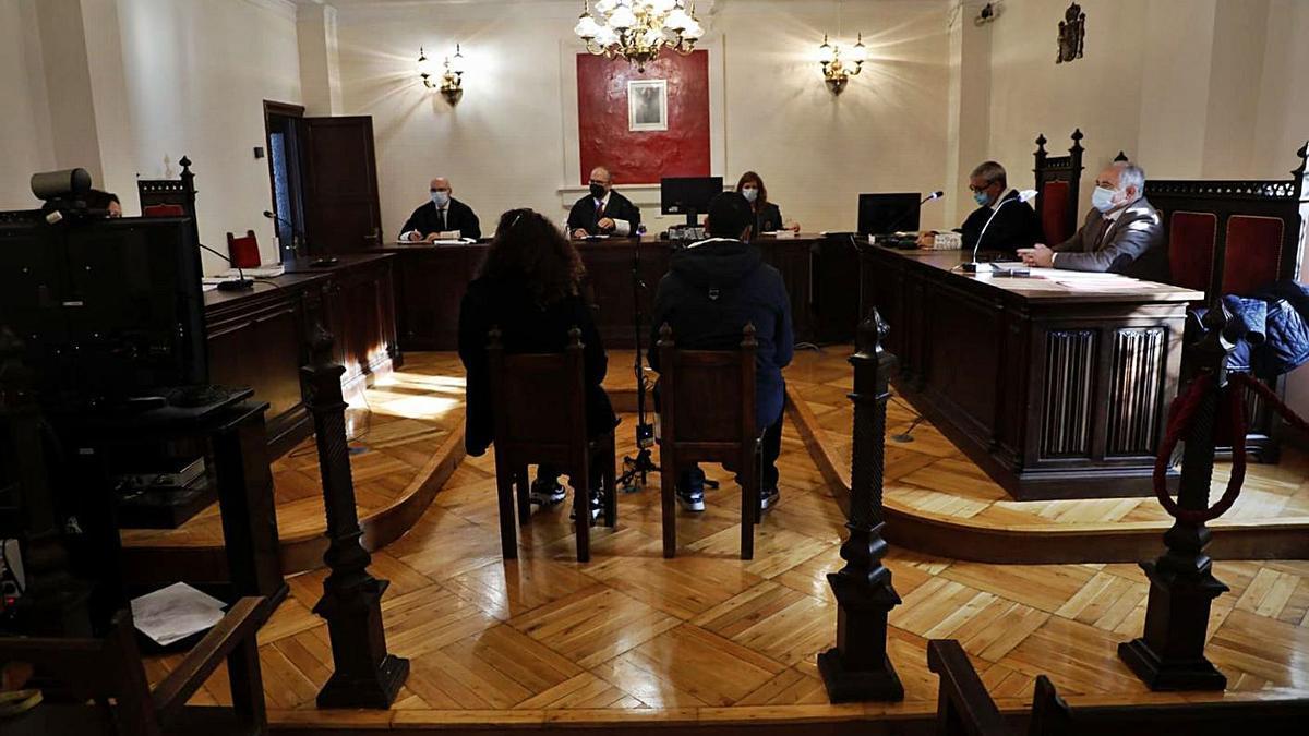 El acusado, junto a la traductora de árabe, en el juicio celebrado ayer en la Audiencia Provincial. | Nico Rodríguez