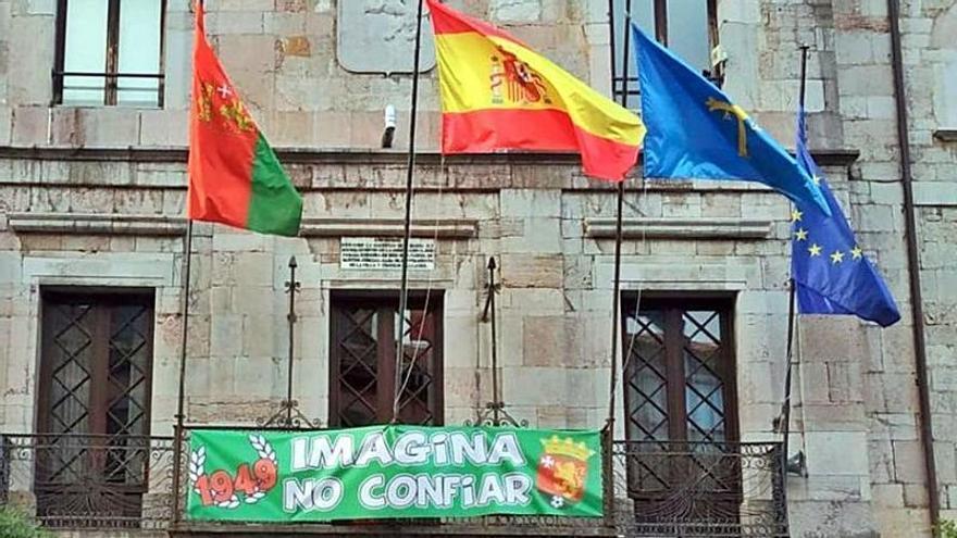 El Consistorio se engalana para animar al Club Deportivo Llanes
