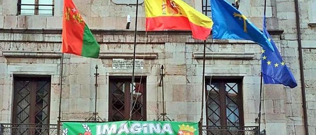 Pancarta colocada en la fachada del Ayuntamiento de Llanes.
