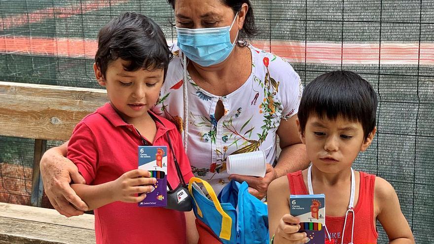 Casi un millar de escolares se equipa para el colegio con la ayuda de la Caixa
