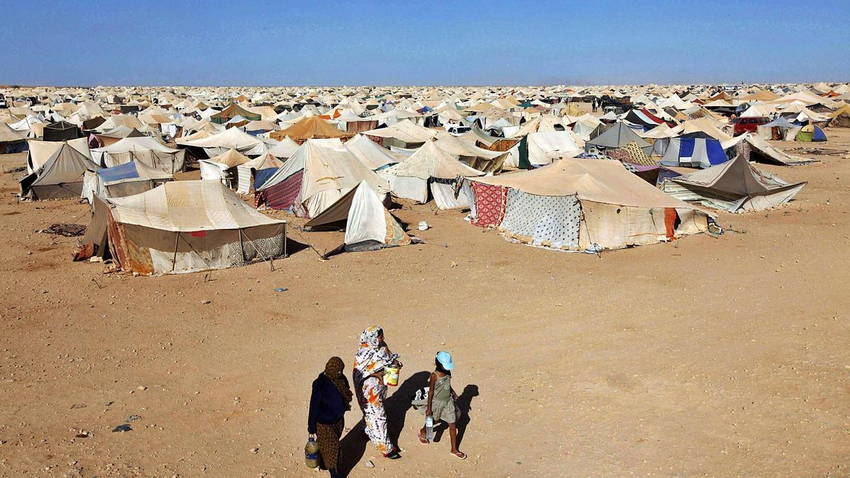 Tres mujeres caminan junto al campamento de Gdeim Izik, donde se produjeron en 2010 los incidentes más graves entre el Gobierno marroquí y la población saharaui.