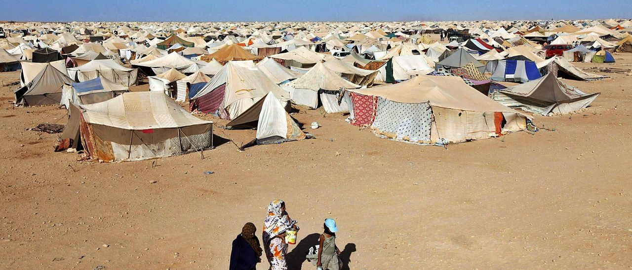 Tres mujeres caminan junto al campamento de Gdeim Izik, escencario en 2010 de incidentes entre el Gobierno marroquí y la poblacion saharaui. | | REUTERS