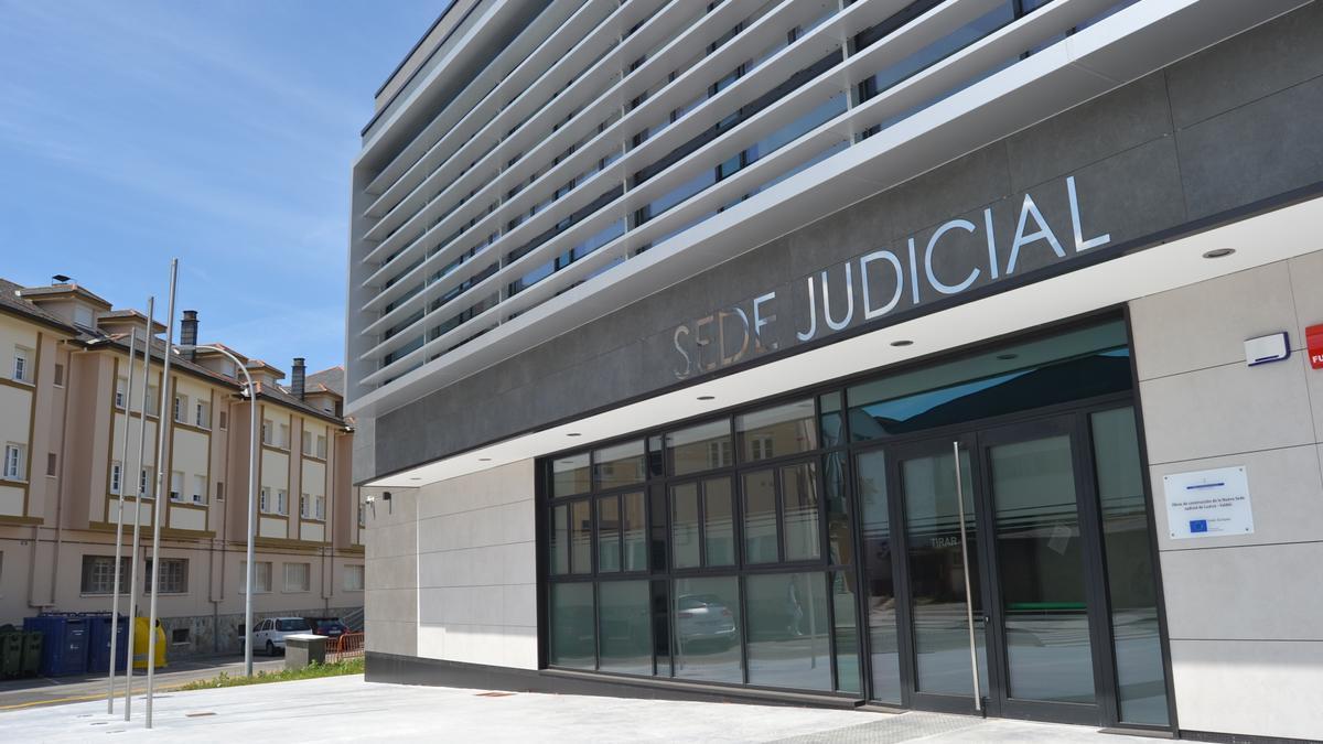 Entrada de la nueva sede judicial de Luarca, en Villar.