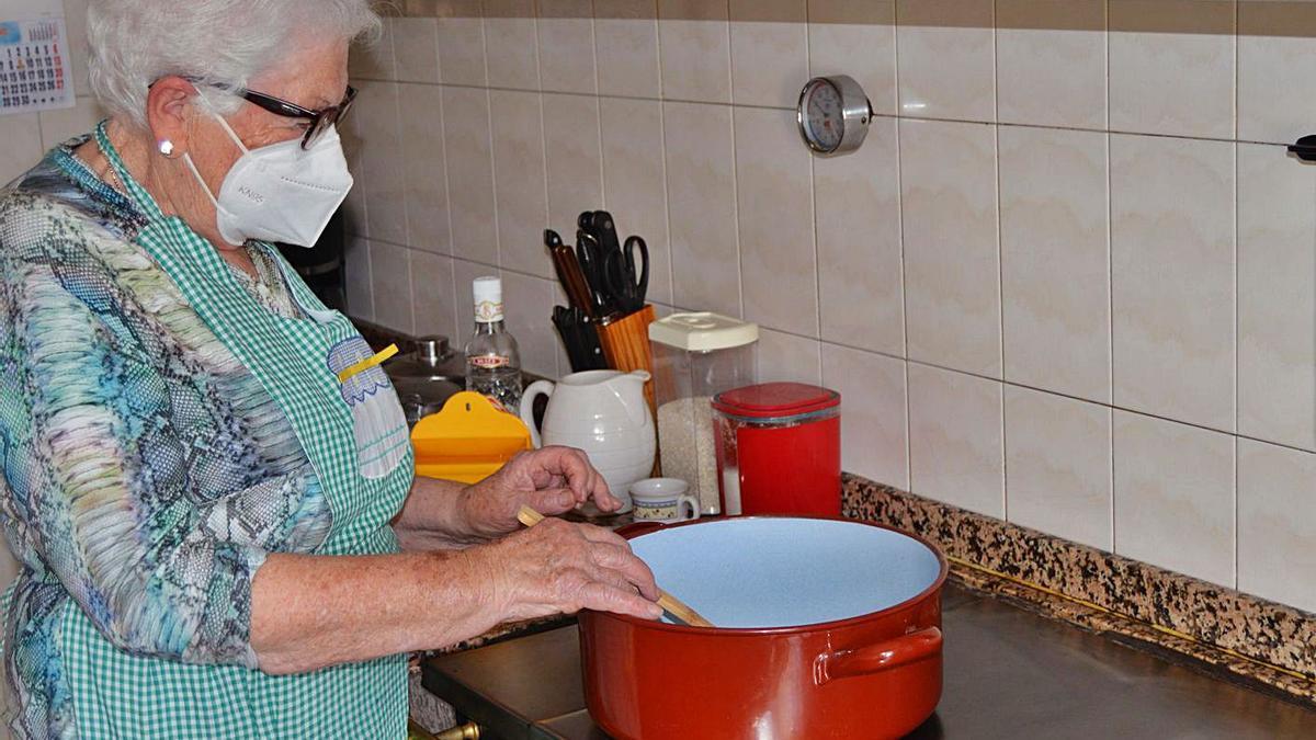 María Teresa Naredo, preparando el arroz  con leche. | O. Pena