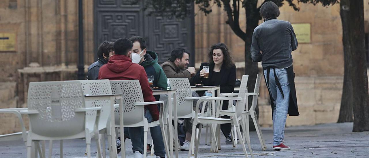 Clientes, ayer, en una terraza de la plaza Porlier. | Miki López
