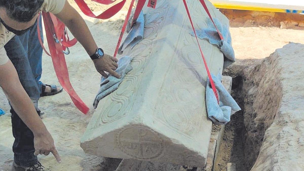 Levantamiento de la tapa del sarcófago, ayer, en Mula
