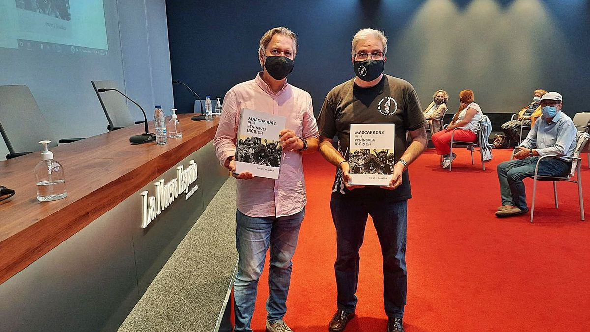 Óscar Julián González y Pablo Canal, ayer, en el Club Prensa Asturiana. | LNE