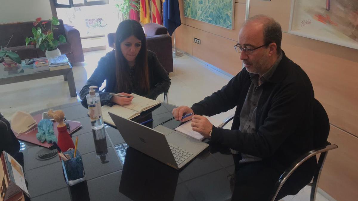 El alcalde y la concejala Mir durante la reunión telemática.