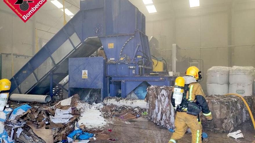 Un incendio obliga a evacuar una nave industrial en Cocentaina