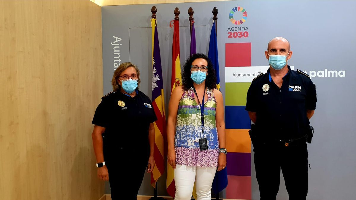La comisaria Antònia Barceló, la regidora Joana Adrover y el policía Paco Bárcenas, uno de los tutores de los agentes en prácticas.
