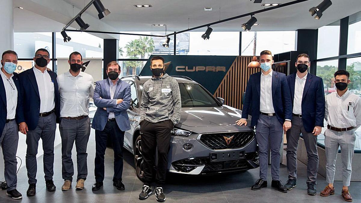 El Cupra Formentor y Fernando Belasteguín, en el centro,  estuvieron  acompañados por los responsables del concesionario y del club.