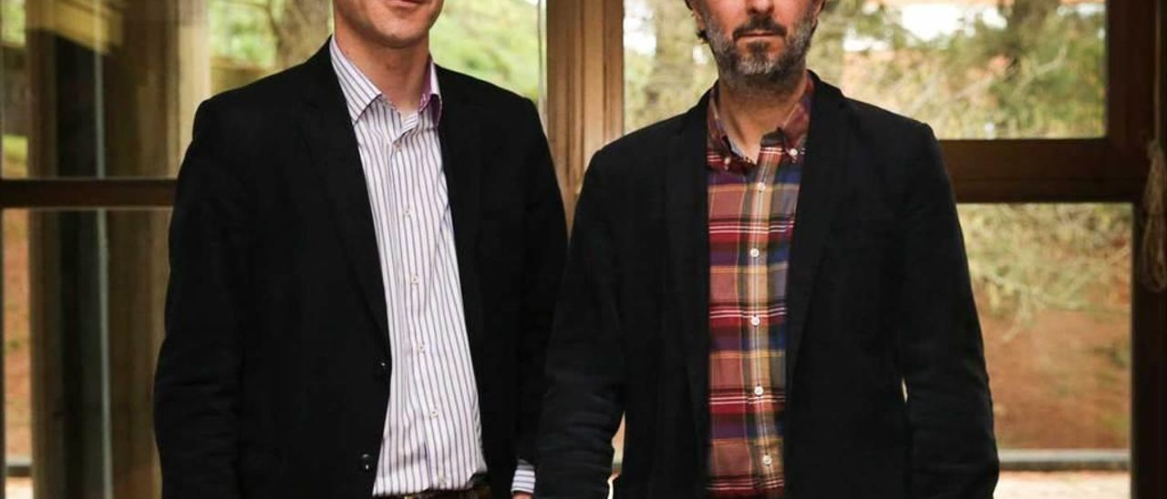 Por la izquierda, Leonardo Álvarez y Benito Aláez, en el departamento de Derecho Constitucional de la Universidad de Oviedo.