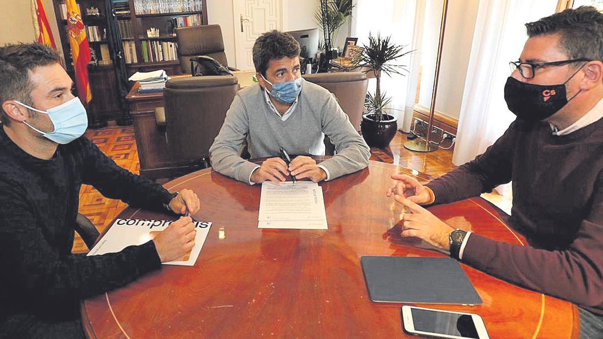 Gerard Fullana, Carlos Mazón and Javier Gutiérrez formalizing the budget pact yesterday.