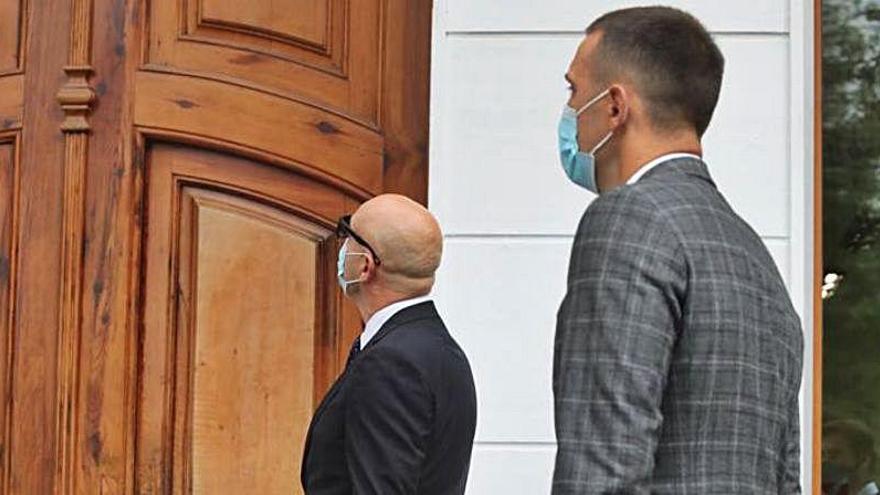 El agente de Racic llega a las oficinas para firmar su renovación